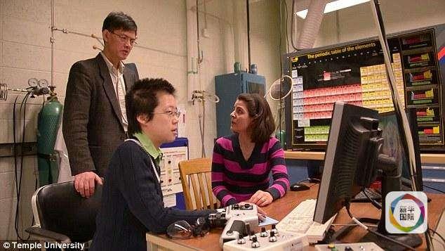 Xi Xiaoxing (trái) làm việc tại ĐH Temple, Mỹ. Ảnh: Xinhua