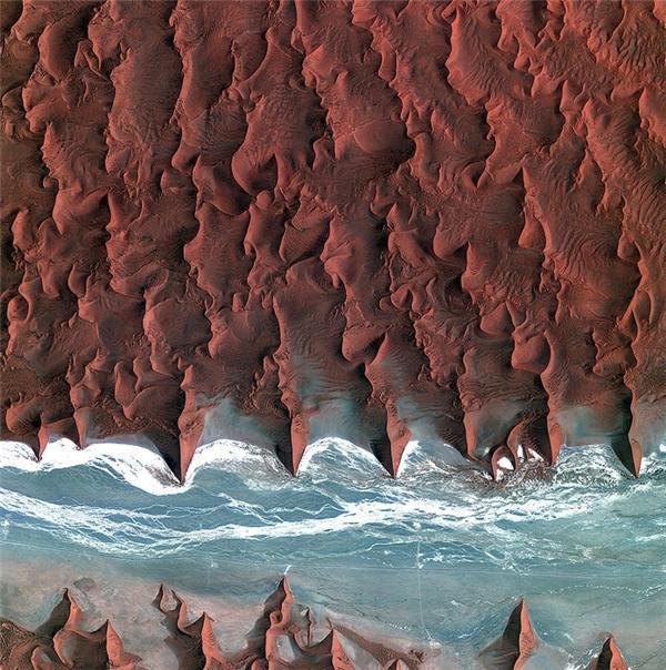 Bạn có tin đây là Trái đất của chúng ta? Những đụn cát của sa mạc Namib, được chụp lại bởi vệ tinh Kompsat-2 của Hàn Quốc. Vùng màu xanh và trắng là lòng sông Tsauchab khô cạn.