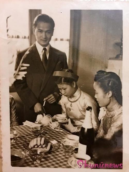 Đón dâu xong, tiệc cưới được tổ chức ở khách sạn số 1 Hàng Khay. Chú rể lịch lãm đứng cạnh cô dâu mới...