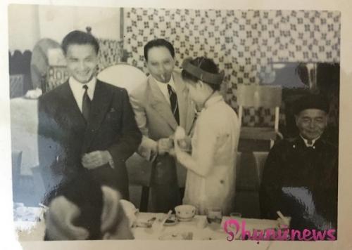 ...sau đó cặp vợ chồng trẻ đi mời trà thuốc họ hàng, khách khứa.