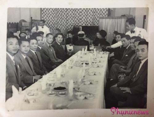 Tiệc đám cưới những năm 50 được sắp xếp phân chia rõ ràng, nam nữ ngồi riêng, các bậc phụ lão và thanh niên cũng ngồi theo từng khu vực riêng biệt. Tiệc tổ chức theo phong cách ẩm thực của Pháp, có phục vụ rót rượu lịch sự. Số bàn tiệc trong đám cưới khá lớn, bao trọn diện tích khách sạn số 1 Hàng Khay.