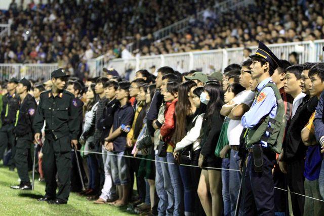 Khán giả Gia Lai đứng cả xuống sân