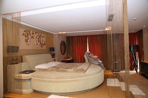 Toàn bộ những vật dụng trong phòng ngủ đều được Mr Đàm lựa chọn mua ở nước ngoài và về được sắp xếp theo ý riêng của mình.