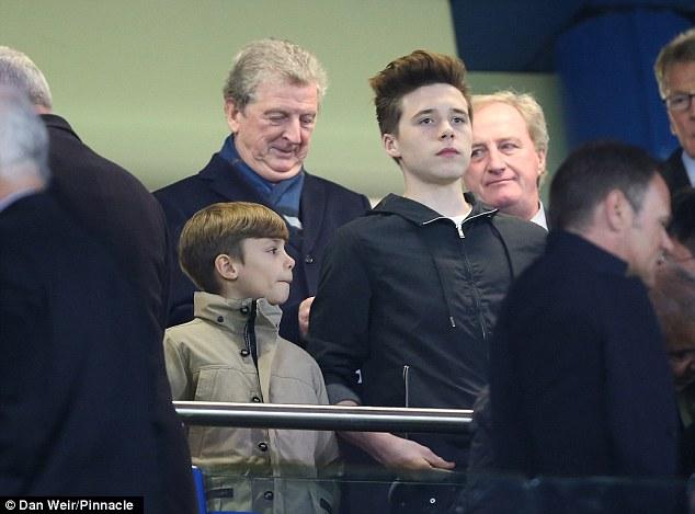 4 bố con nhà Becks tới dự khán trận Chelsea 2-2 PSG