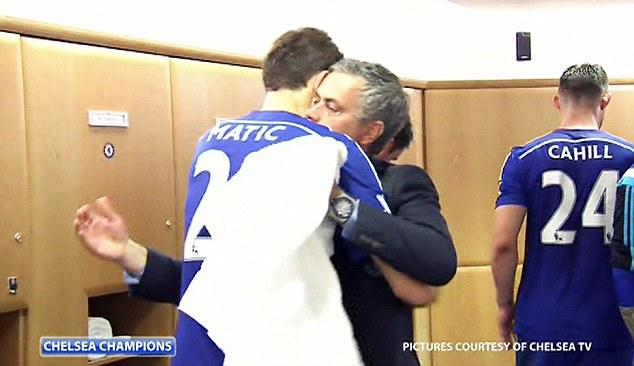 Matic ôm chầm lấy Mourinho trong phòng thay đồ