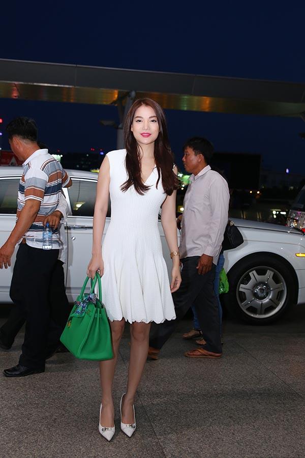 Trong lần xuất hiện này, Trương Ngọc Ánh gây chú ý khi mặc chiếc đầm trắng trẻ trung và gợi cảm. Cô kết hợp thêm chiếc túi xách hàng hiệu để tôn vẻ nổi bật, cá tính của bản thân.