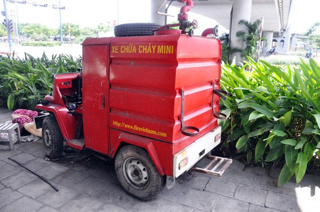 """anh: xe chua chay mini thanh """"dong sat"""" tren via he tphcm - 3"""