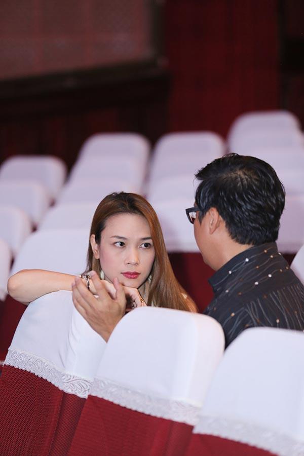 Ngoài ra, ngay trong giờ nghỉ giải lao, Mỹ Tâm tiếp tục nhìn MC Ngôi nhà mơ ước đắm đuối trong lúc cả hai trao đổi kịch bản chương trình.