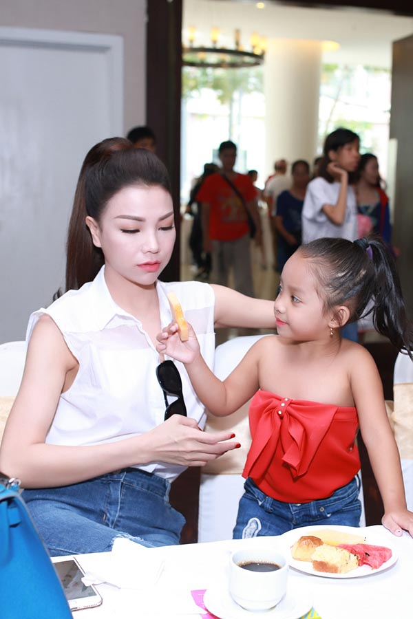 Đây không phải lần đầu tiên Trà Ngọc Hằng đưa cháu gái đi sự kiện, song mỗi lần có mặt ở địa điểm nào, cặp cô cháu thời trang, phong cách cũng gây được sự chú ý với mọi người xung quanh.