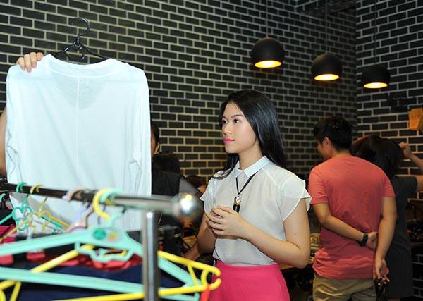 Với một hoạt động mang tính chất thực tế, Ngọc Thanh Tâm chuẩn bị hầu hết những món đồ thông dụng, hợp thời trang để mọi người thoải mái lựa chọn.