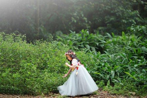 Cô công chúa nhỏ dạo chơi trong rừng