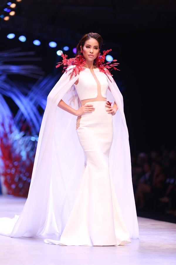 Ngoài tham dự sự kiện thời trang lớn với tư cách khách mời, Top 3 Hoa hậu Hoàn vũ Việt Nam còn xuất hiện trên sàn catwalk để biểu diễn, giới thiệu những thiết kế mới nhất của Vincent Đoàn.