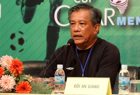 HLV Thái Tuấn của U21 An Giang đang rất bức xúc.