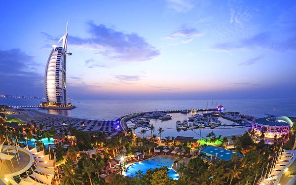 Burj Al Arab cao 321m là khách sạn biểu tượng của Dubai.