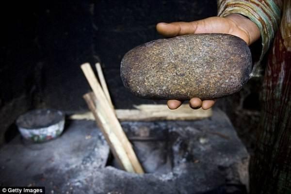 Ủi ngực thường được tiến hành bằng đá lớn, đun nóng.