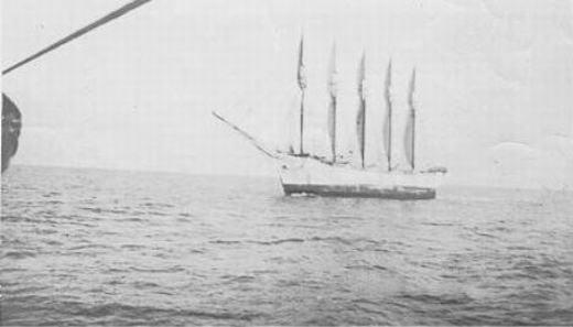 Đây là con tàu được nhà thám hiểm Carroll A. Deering tìm thấy trong tình trạng bị mắc cạn tại vùng biển Cape Hatteras – khu vực nổi tiếng với các vụ đắm tàu – vào năm 1921. Khi tiếp cận, trên đó cũng còn đầy đủ lương thực thực phẩm, thậm chí một bữa ăn còn nóng đang được dọn ra nhưng không có một bóng người. (Ảnh: Internet)
