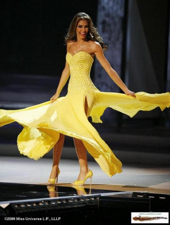 Dayana Mendoza và cú xoay người tung váy khiến Hoa hậu Phạm Hương hâm mộ.