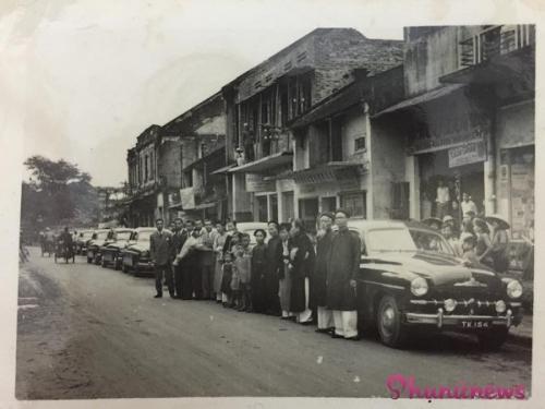Dàn siêu xe trên là của ông chủ tiệm may (người ôm bó hoa) dùng để rước dâu, trong hình là gia đình chú rể đến nhà cô dâu ở phố Sinh Từ (nay là phố Nguyễn Khuyến, Hà Nội).