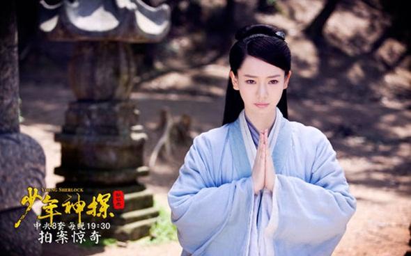 Vào vai Lý Uyển Thanh trong bộ phim truyền hình Thiếu niên thần thám Địch Nhân Kiệt, Thích Vy có tạo hình bắt mắt với sắc xanh.