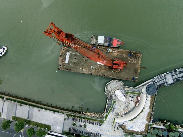 Góc nhìn từ trên xuống việc lắp đặt biểu tượng Cá chép hóa rồng tại Bến du thuyền DHC-Marina
