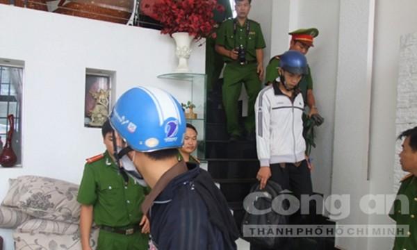 Dương và Tiến đi xuống phòng ngủ của vợ chồng ông Mỹ ở tầng trệt (Ảnh thực nghiệm hiện trường báo CA TPHCM)