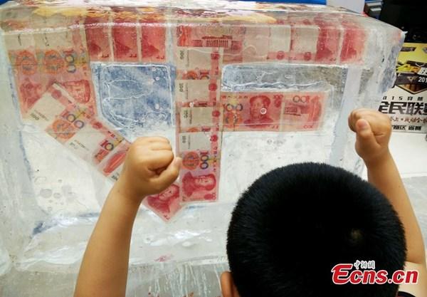 Đặc biệt, những vị khách trúng thưởng sẽ tự tay dùng dụng cụ cắt đá và lấy tiền.