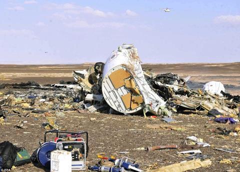 Các mảnh vỡ và đồ dùng cá nhân của hành khách nằm ngổn ngang trên bãi đất. Ảnh: Daily Mail