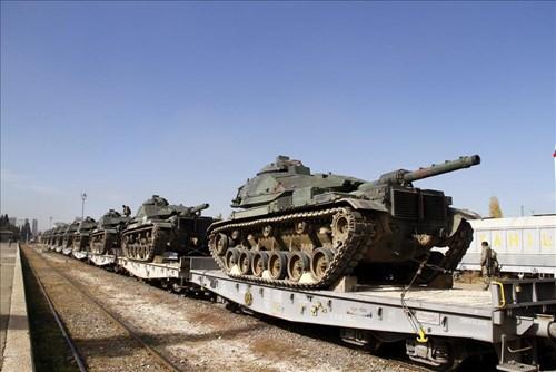 Xe tăng Thổ Nhĩ Kỳ được vận chuyển tới khu vực gần biên giới với Syria.