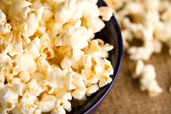 Bắp rang bơ chỉ là món ăn chơi nhưng không hề có lợi cho sức khỏe tim mạch.