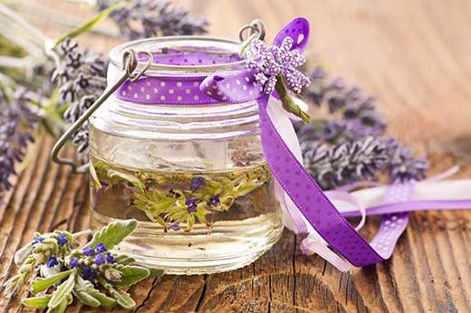 Theo vài nghiên cứu, chứng nhức đầu có thể làm giảm nhẹ bằng ngửi tinh dầu hoa Oải Hương.