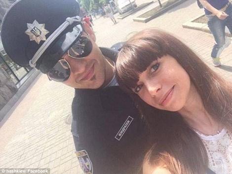 Các nam cảnh sát mới rất hấp dẫn với các cô gái Ukraine (ảnh: Dailymail)