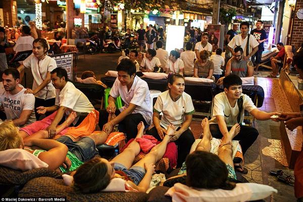 Tây ba lô trải nghiệm dịch vụ massage đường phố giá rẻ ở khu phố ổ chuột.