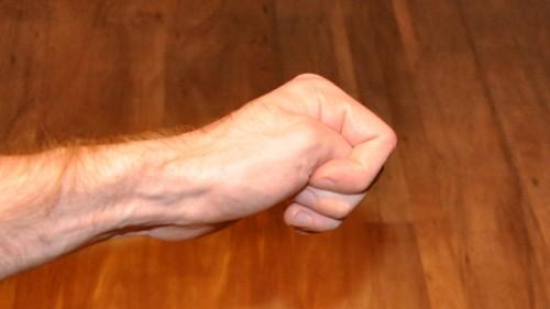Bài tập nắm tay hạ cao huyết áp cấp tốc.