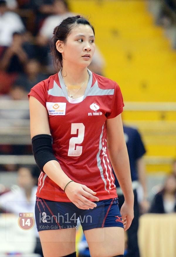 Âu Hồng Nhung sinh năm 1993, cao 1m75 và đang chơi cho LienVietPostBank. Sở hữu gương mặt đẹp, mắt to đen láy và làn da trắng mịn, cô đang được ví như ngọc nữ của bóng chuyền Việt Nam.