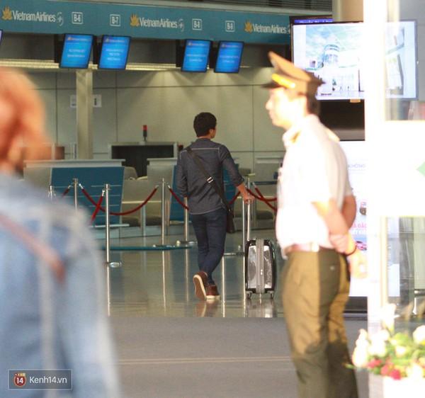 Công Phượng lặng lẽ đẩy vali vào trong sảnh sân bay. Đáng ngạc nhiên là bạn gái của anh, ca sĩ Hòa Minzy không đến tiễn dù cô cũng đang ở thành phố HCM.