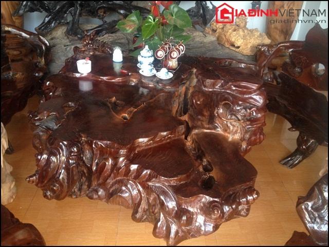 Chiếc bàn với hình thù lạ mắt được đục đẽo và chế tác từ một phần của gốc cây cổ thụ