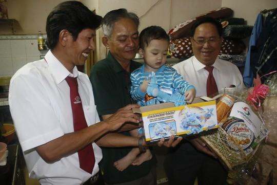 Tài xế Hồ Minh Thuận tặng đồ chơi cho bé Bo