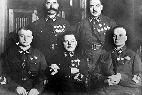 Năm vị Nguyên soái đầu tiên của Liên Xô, được phong vào tháng 11/1935. Trong ảnh, Tukhachevsky ngồi ngoài cùng bên trái. Ảnh: Pinterest.