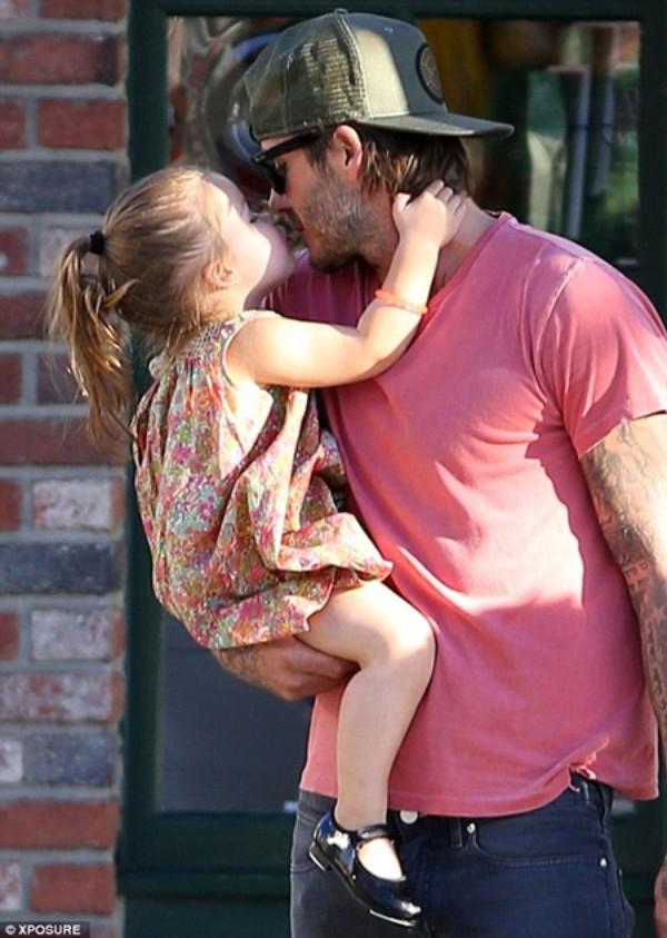 Beckham là một ông bố tuyệt vời, như bao ông bố bình dị khác trên thế giới.