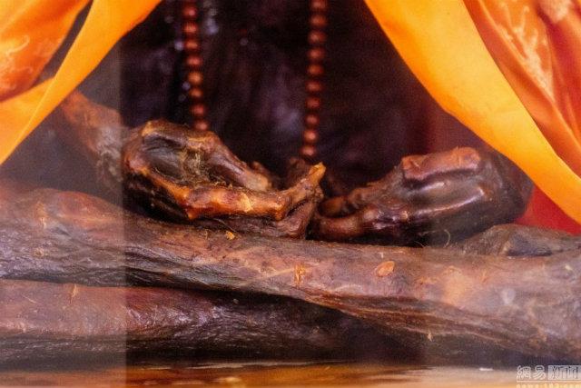 Lớp da trên cơ thể thiền sư Wu bị khô do thiếu nước.