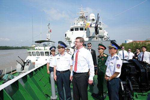 Ngài Ashton Carter thăm tàu Cảnh sát biển Việt Nam tại Vùng Cảnh sát biển 1. Nguồn: Canhsatbien.vn