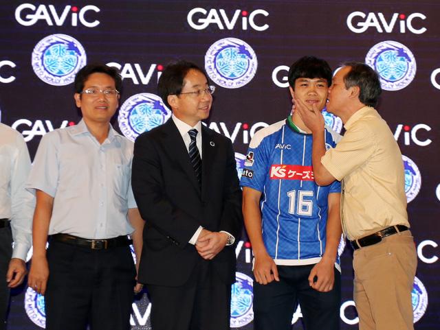 Chủ tịch Mito Hollyhock, ông Kunio Numata (áo đen) đến Việt Nam đón Công Phượng.