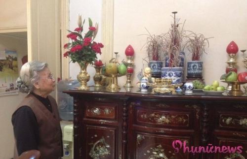 Chú rể của bà - cụ Nguyễn Đức Chiểu đã qua đời từ hơn 30 năm trước, bà vẫn ở vậy từ đó đến nay. Bà đã lên chức cụ với nhiều cháu chắt, đại gia đình vẫn cùng chung sống yên ấm, hạnh phúc trong căn nhà cổ số 18 phố Tràng Tiền, nơi lưu giữ bao nhiêu ký ức về một thời vàng son.