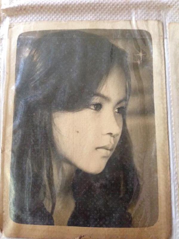 Bức ảnh của mẹ thành viên Lê Phụng khiến người xem không khỏi trầm trồ. Dù chỉ là ảnh đen trắng với chất lượng không thực sự tốt, nhưng vẻ đẹp của người phụ nữ này vẫn vô cùng nổi bật.