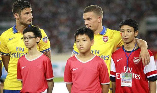 Được săn đón và được 1 doanh nghiệp trả mức lương 100 triệu/tháng để phát triển thương hiệu nhưng Tiến từ chối. Được tiếp cận với những ngôi sao Arsenal và được tới Emirates.