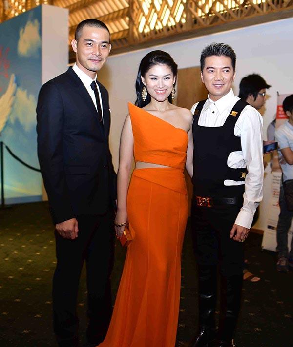 Ông hoàng nhạc Việt sánh bước cùng Quách Ngọc Ngoan và hộ tống cháu gái nuôi Ngọc Thanh Tâm trên thảm đỏ.