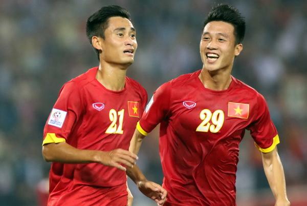Huy Hùng (phải)