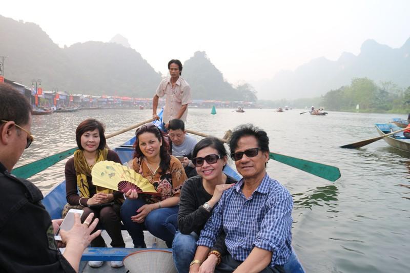 chị Vương Nga rất thích thú khi được đi thuyền trên suối Yến và đội nón lá Việt Nam.