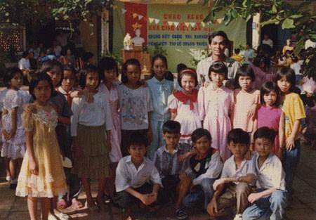 Phi Thanh Vân (áo xanh da trời đứng giữa) năm 11 tuổi, chụp cùng tập thể lớp và thầy Cường trường Lê Văn Tám