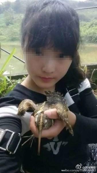 Một bức ảnh khác được chụp từ một người phụ nữ trẻ (được cho là vợ của chàng trai) với một chú chim bị bắt trên tay.